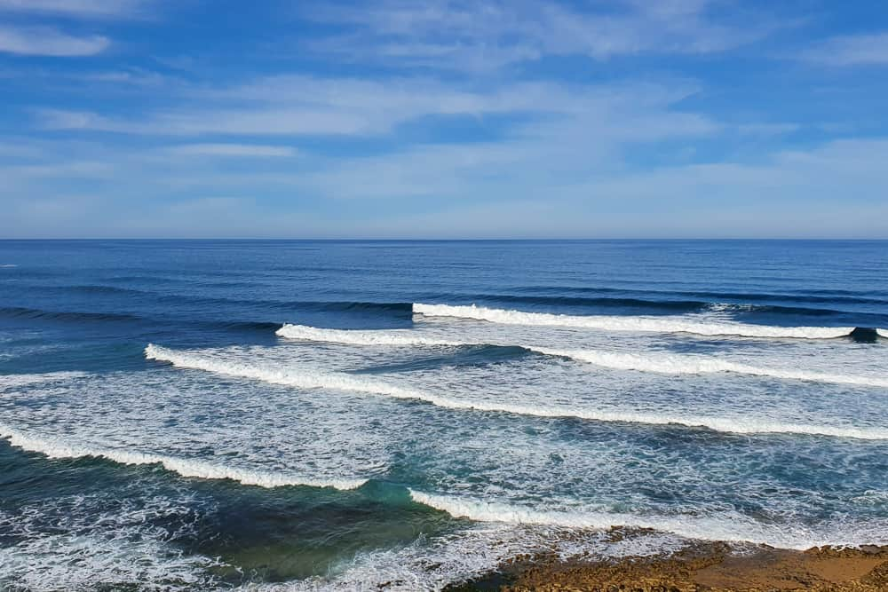 Waves breaking to the right at the surf spot Moita in Ericeira
