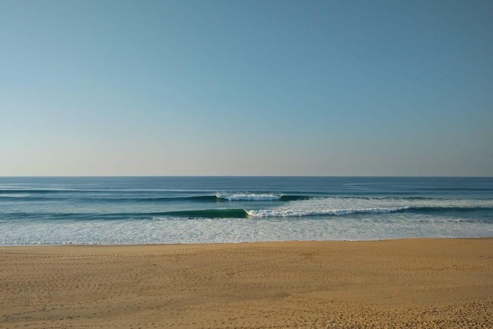 Fun waves at Praia de Valmitão