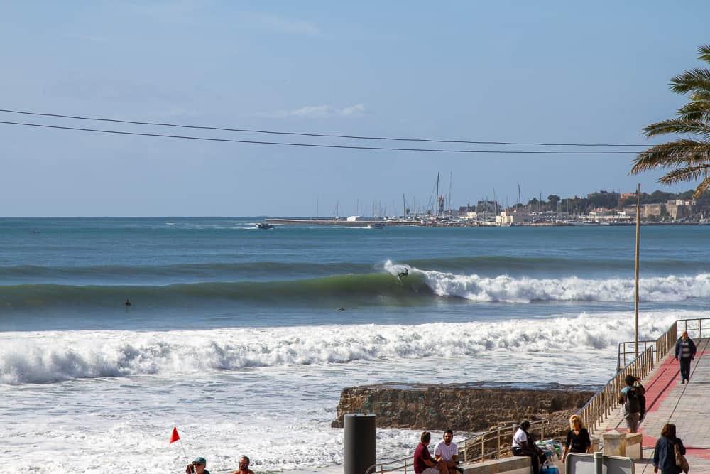 A surfer making a top turn at the right of Praia da Poça