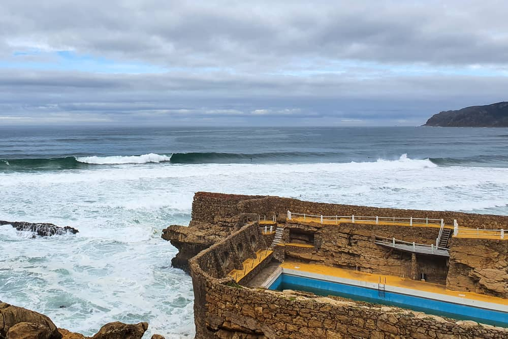 Wave breaking to the left in front of the Muchaxo pool at Praia do Guincho